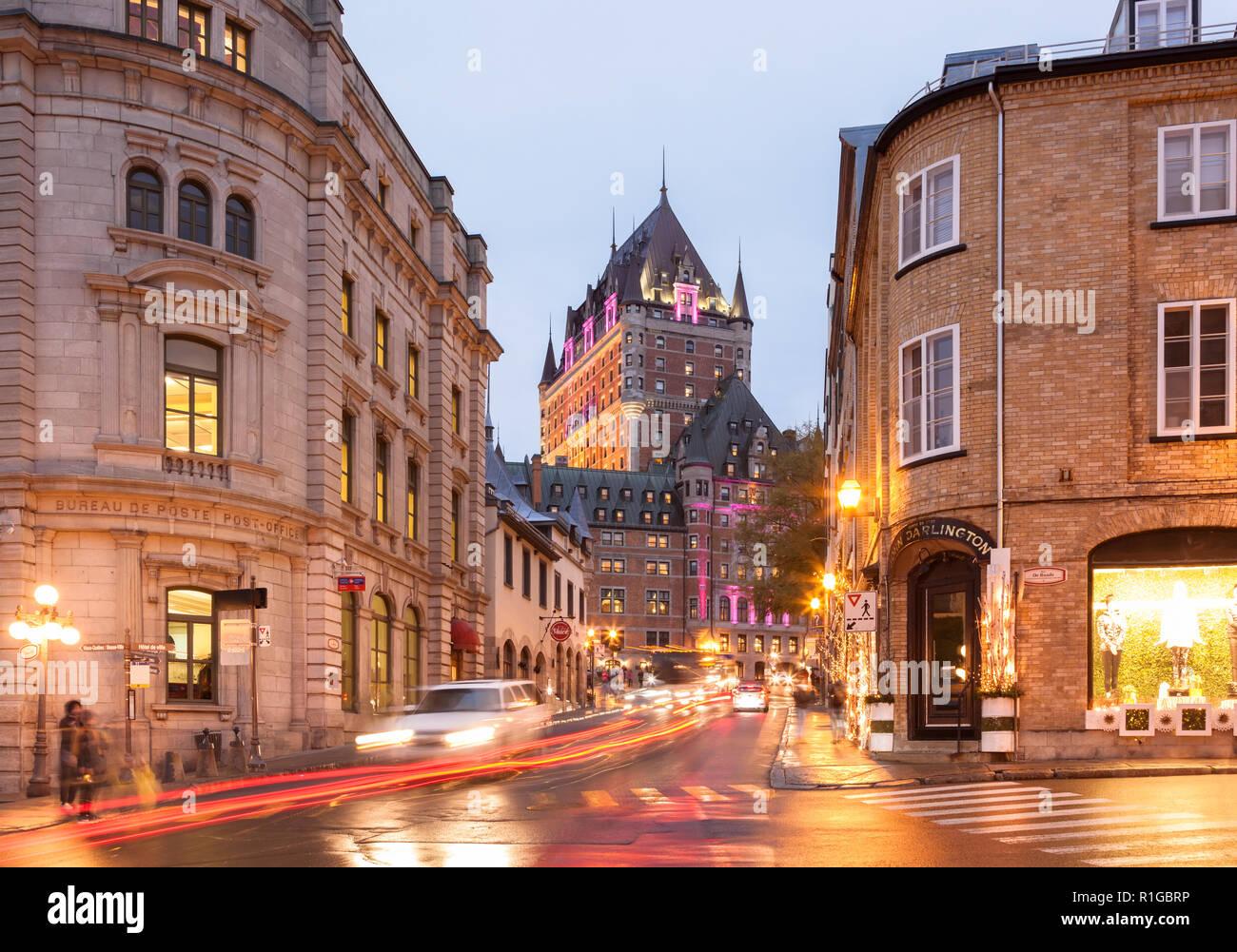 Fairmont le château frontenac leuchtet in der dämmerung und der rue