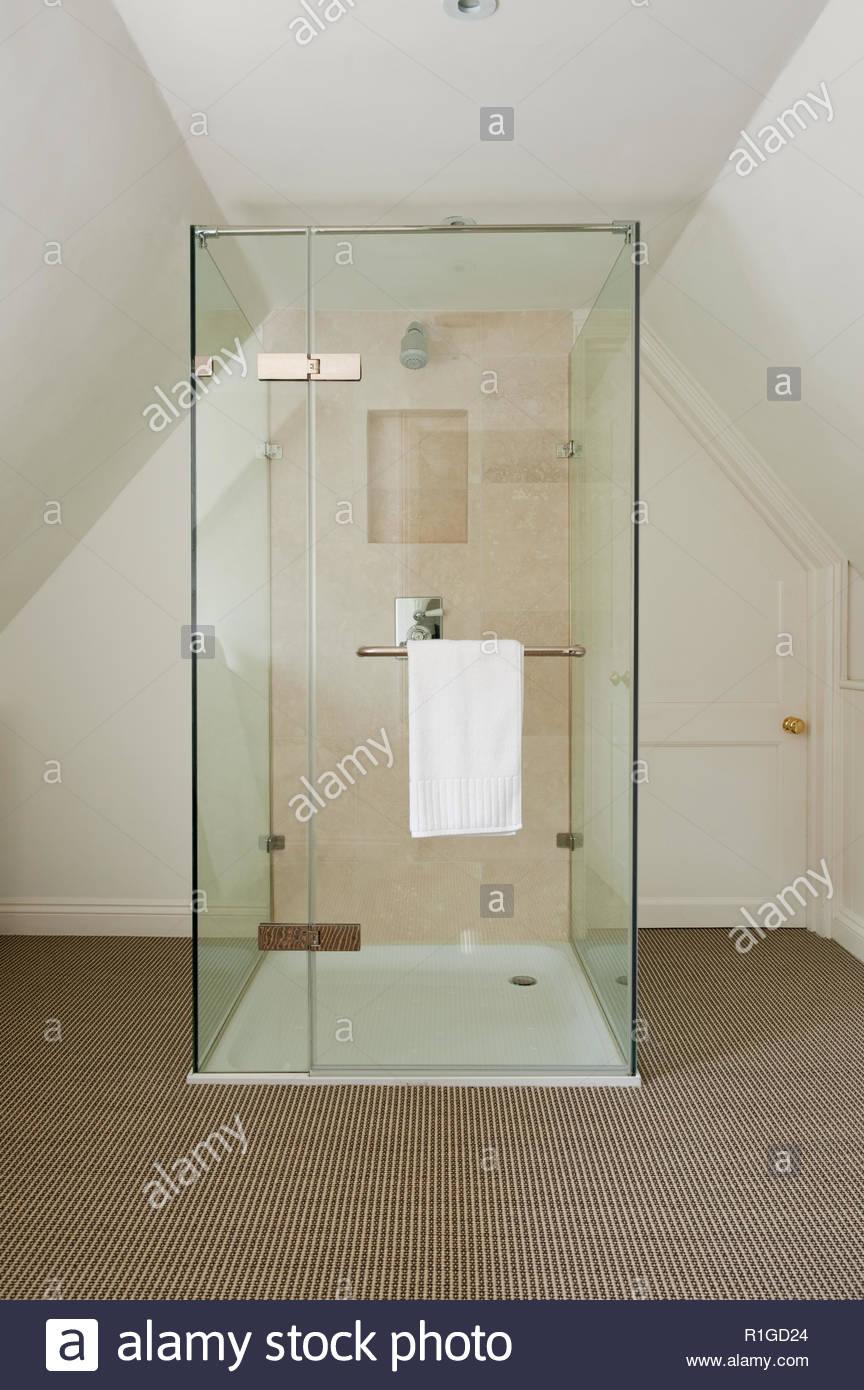 Heizung Für Badezimmer | Dusche Heizung Badezimmer Stockfoto Bild 224710924 Alamy