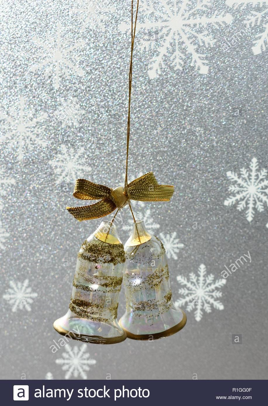 Christbaumschmuck Gold Glas Glocken Auf Schneeflocke Hintergrund