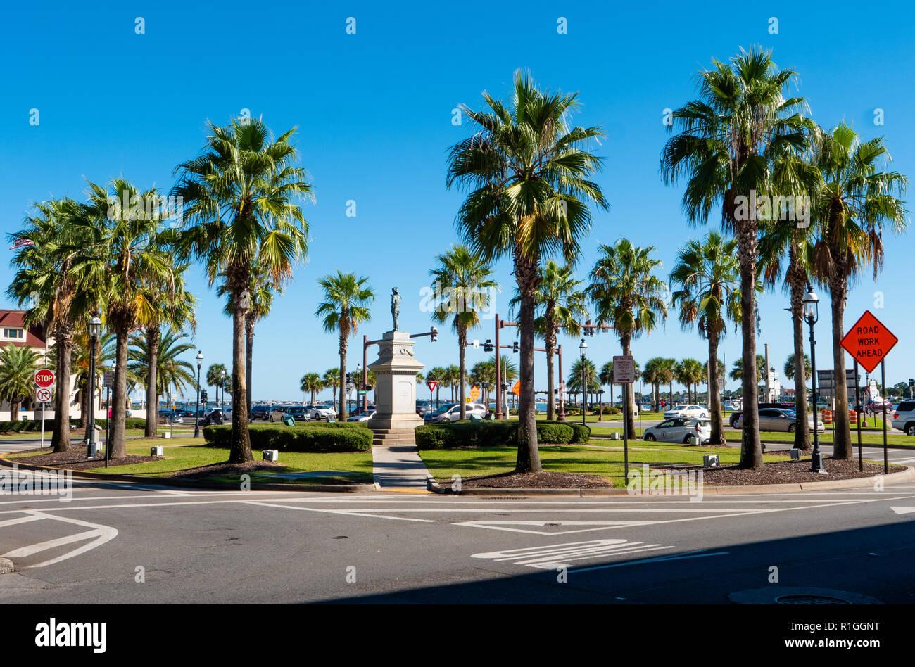 """Commemorative Statue von Ponce de Leon Spanisch explorer Conquistador und 'discoverer"""" von Florida auf einer von Palmen gesäumten Kreisverkehr in St. Augustine USA Stockbild"""