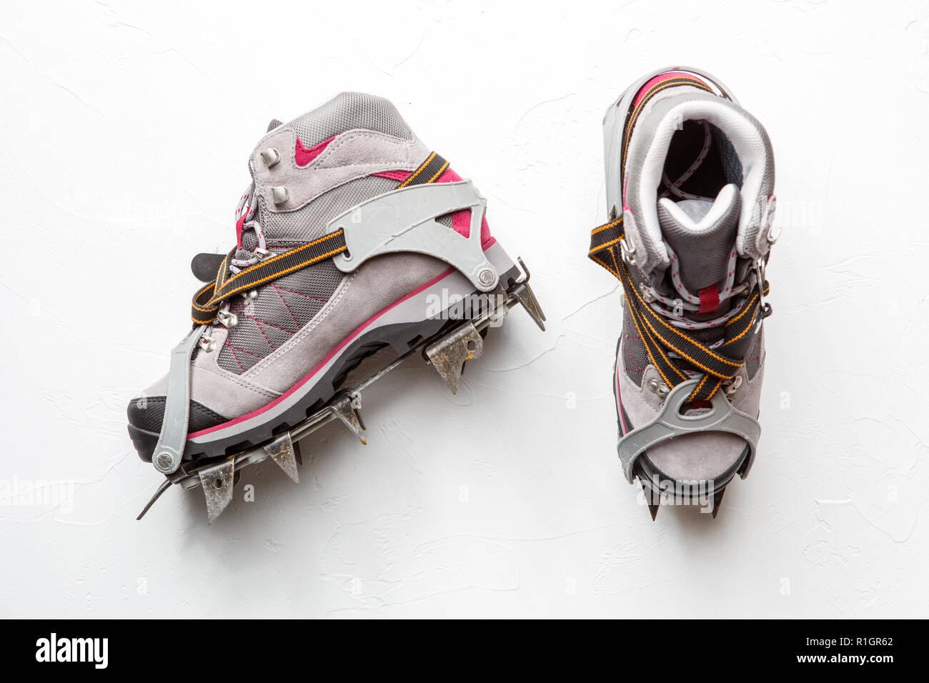 half off 9d2de 662e5 Foto von Berg Schuhe mit Spikes auf weißem Hintergrund ...