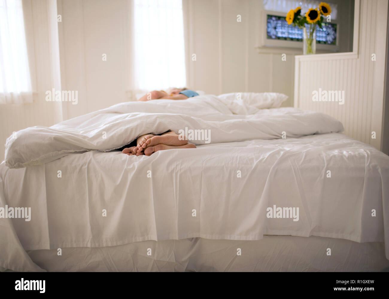 Zwei Leute Zusammen In Einem Bett Liegen Stockfoto Bild 224721473