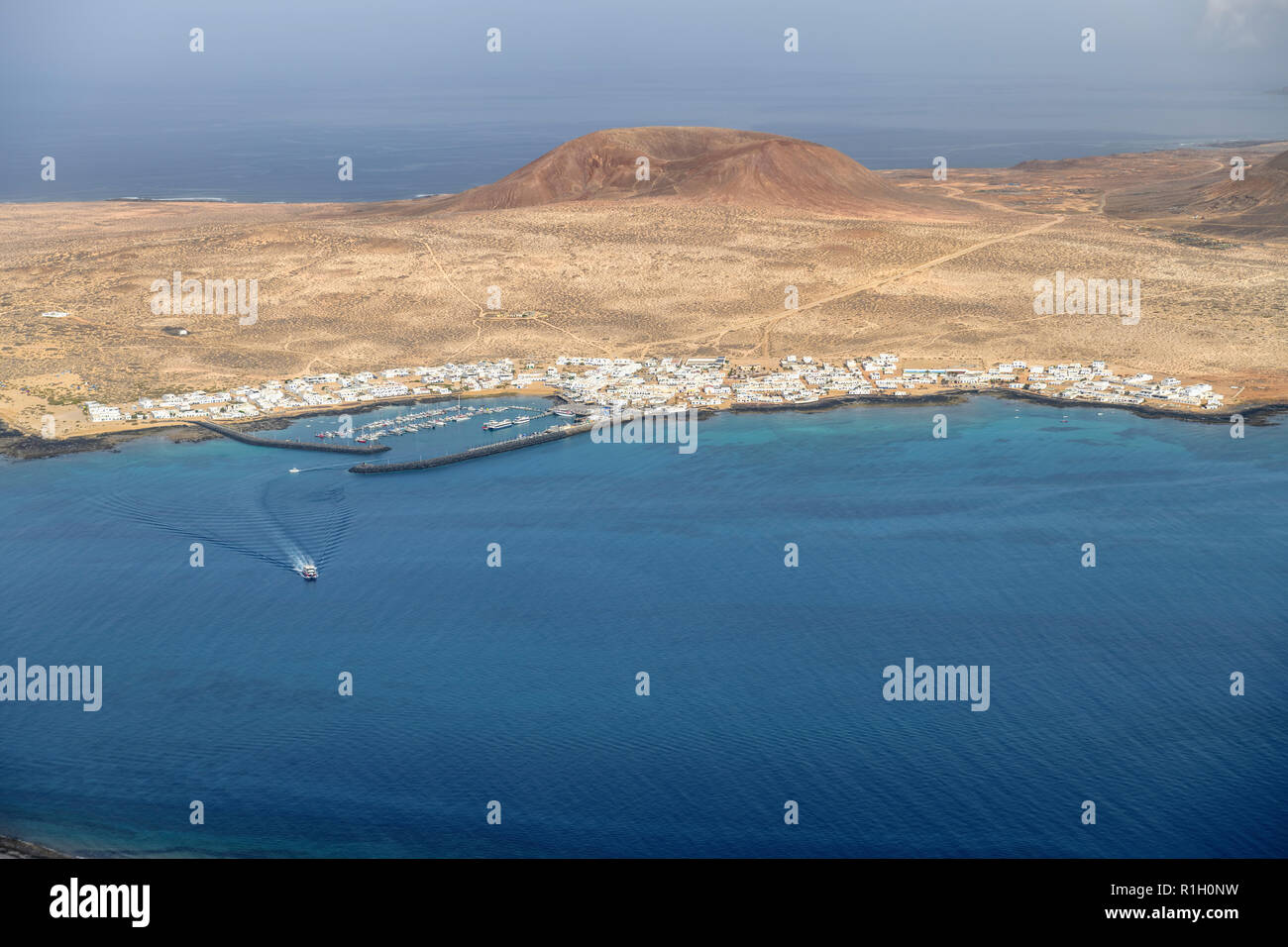 Die kleinen Fischen und touristischen Dorf Caleta del Sebo auf der winzigen Insel La Graciosa neben Lanzarote Kanarischen Inseln. Montaña del Mojon ist behi Stockbild