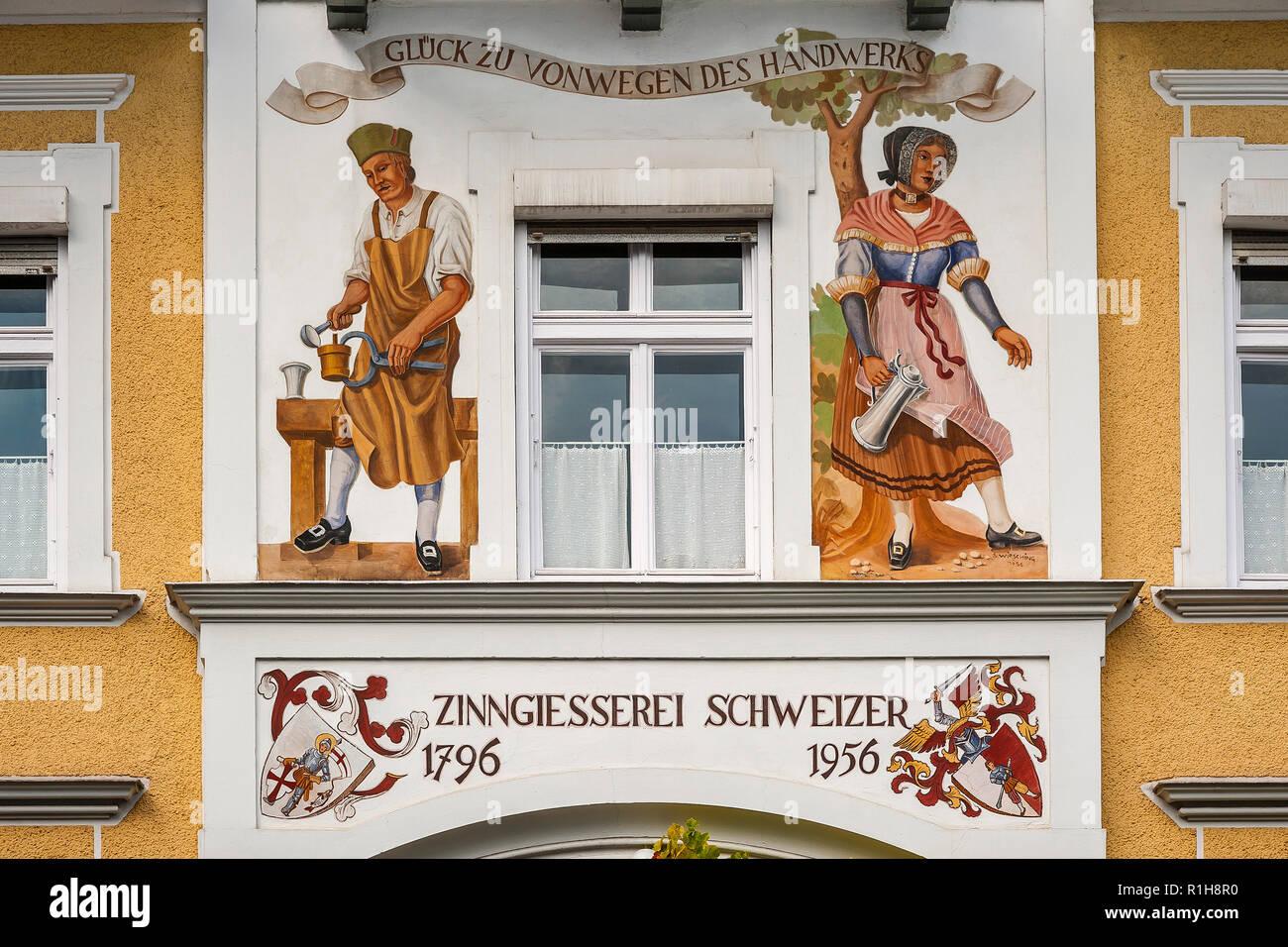Wandmalerei im Haus der tin Gießerei Schweizer in Dießen am Ammersee, Oberbayern, Bayern, Deutschland Stockbild