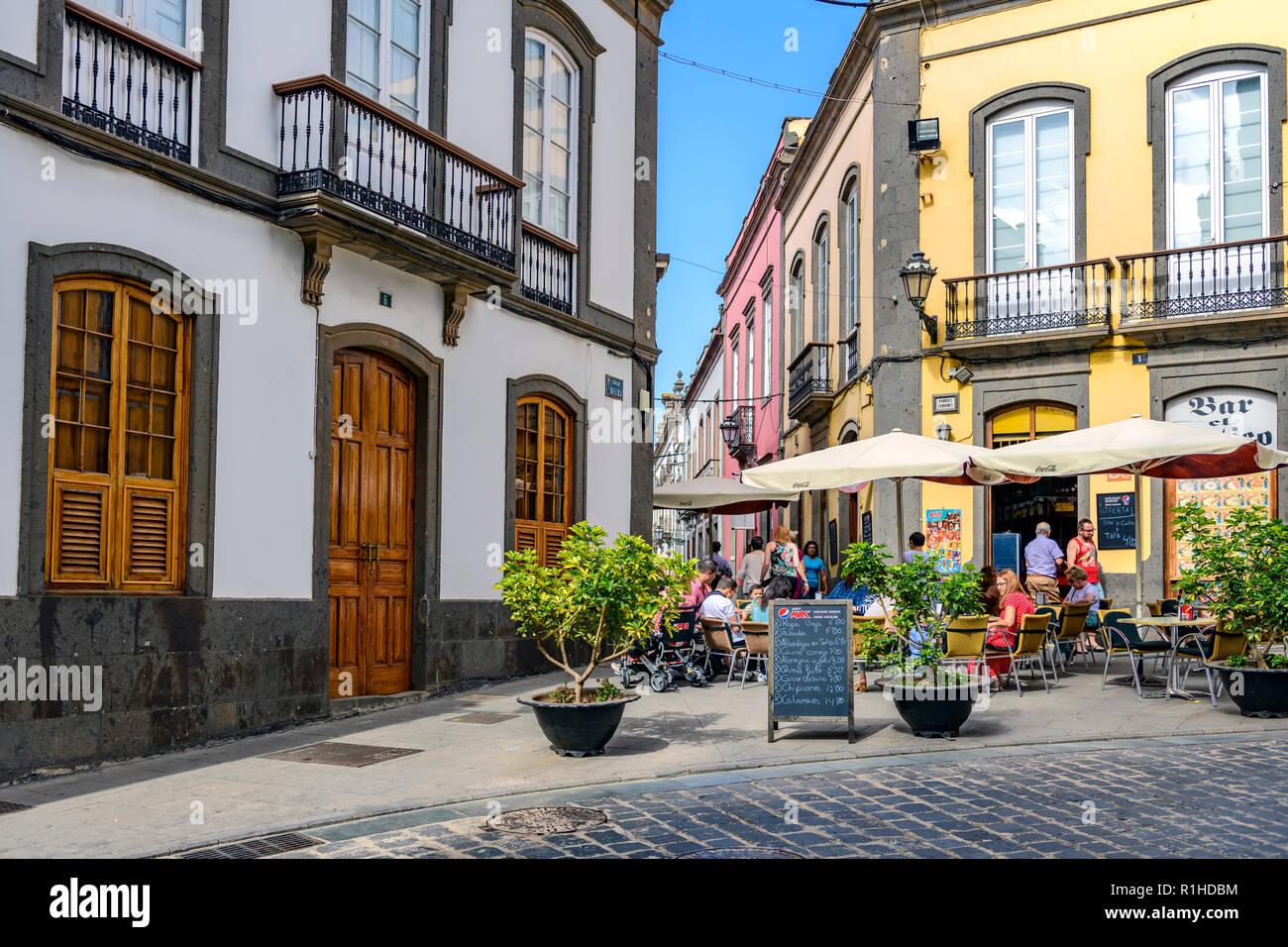 Die Menschen Essen und Trinken in einer lokalen Bar/Cafe, Uhr Straße, Arucas auf Gran Canaria. Stockbild