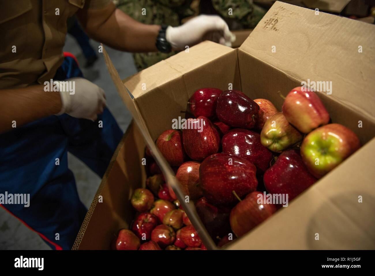 Marinesoldaten Und Matrosen Last Kisten Mit äpfeln Am San Francisco