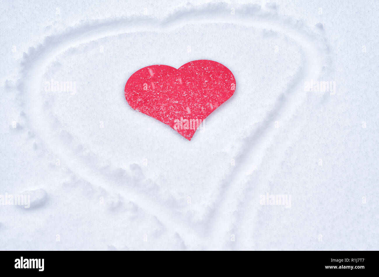 Rotes Herz Aus Papier In Den Frischen Schnee Stockfoto Bild