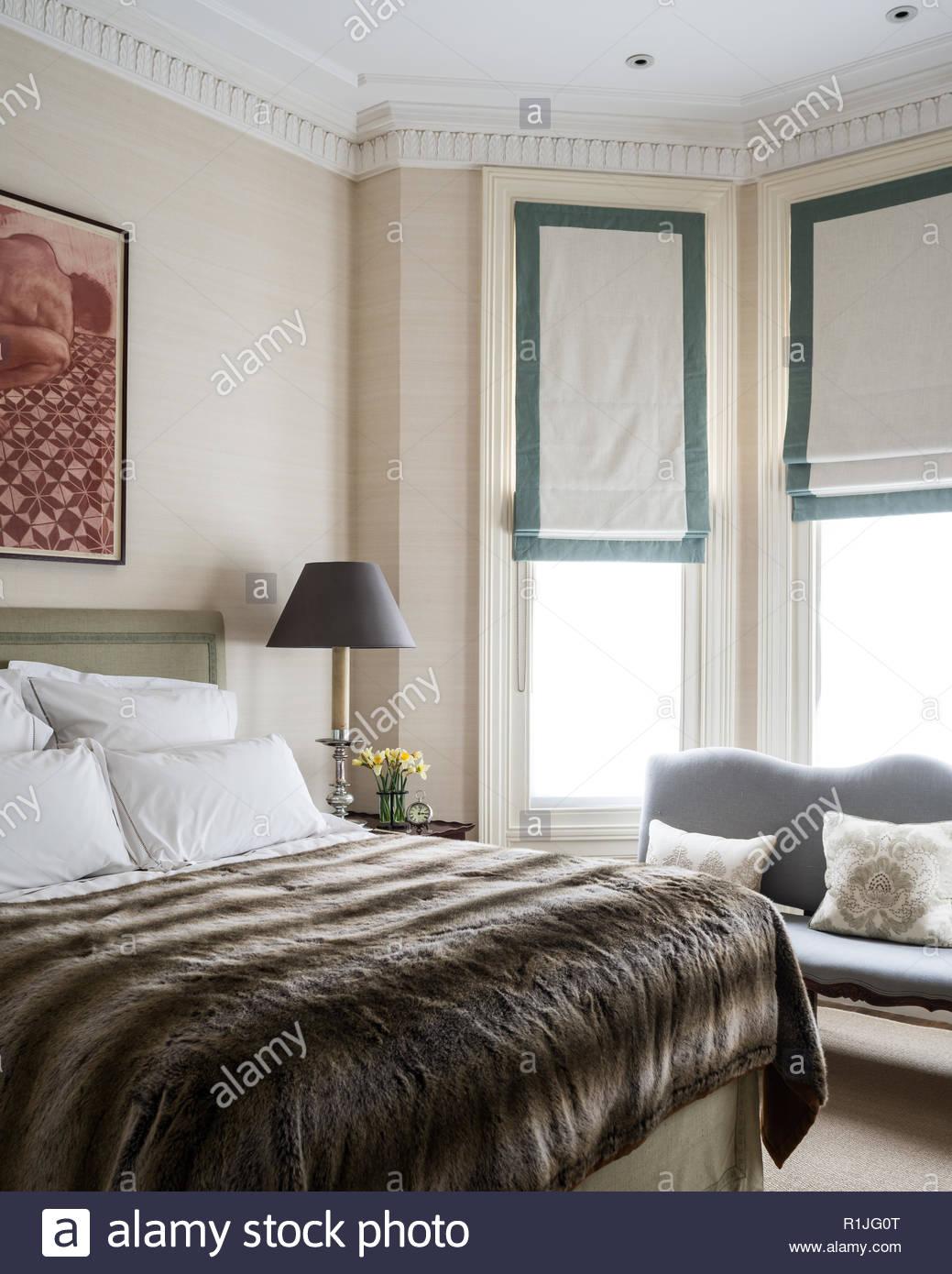 Landhausstil Schlafzimmer Fell Decke Stockfoto, Bild: 224757144 - Alamy