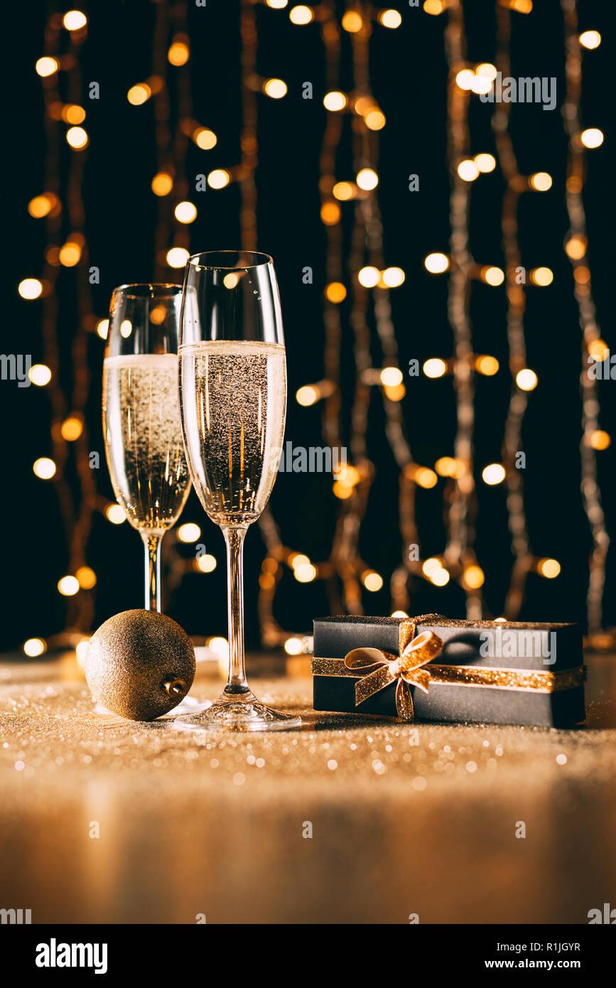 Christbaumkugeln Champagner Glas.Gläser Champagner Geschenk Und Christbaumkugel Auf Girlande Hellen