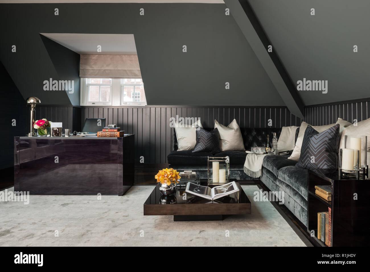 Schwarz Wohnzimmer mit Schreibtisch Stockfoto, Bild ...