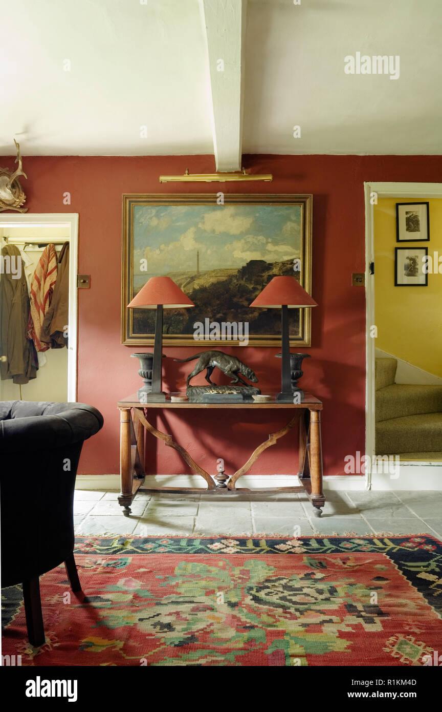 Passende Lampen Am Tisch Im Viktorianischen Stil Wohnzimmer Stockbild
