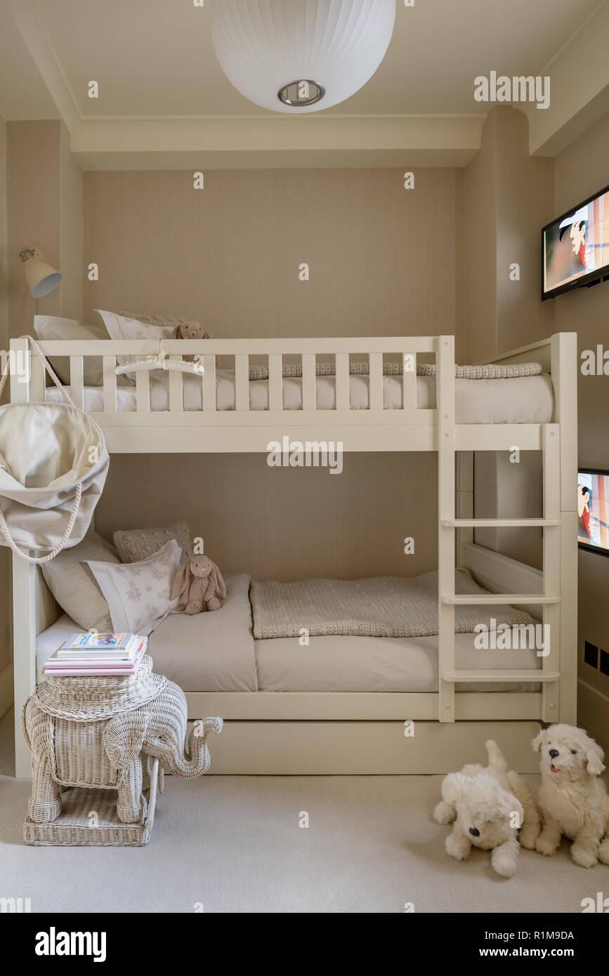 Etagenbetten mit Fernseher im Schlafzimmer der Kinder ...