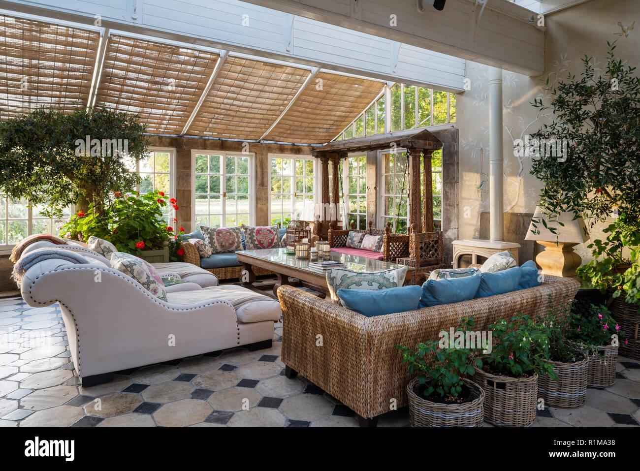 wintergarten esszimmer mit sofas stockfoto bild 224796412 alamy. Black Bedroom Furniture Sets. Home Design Ideas