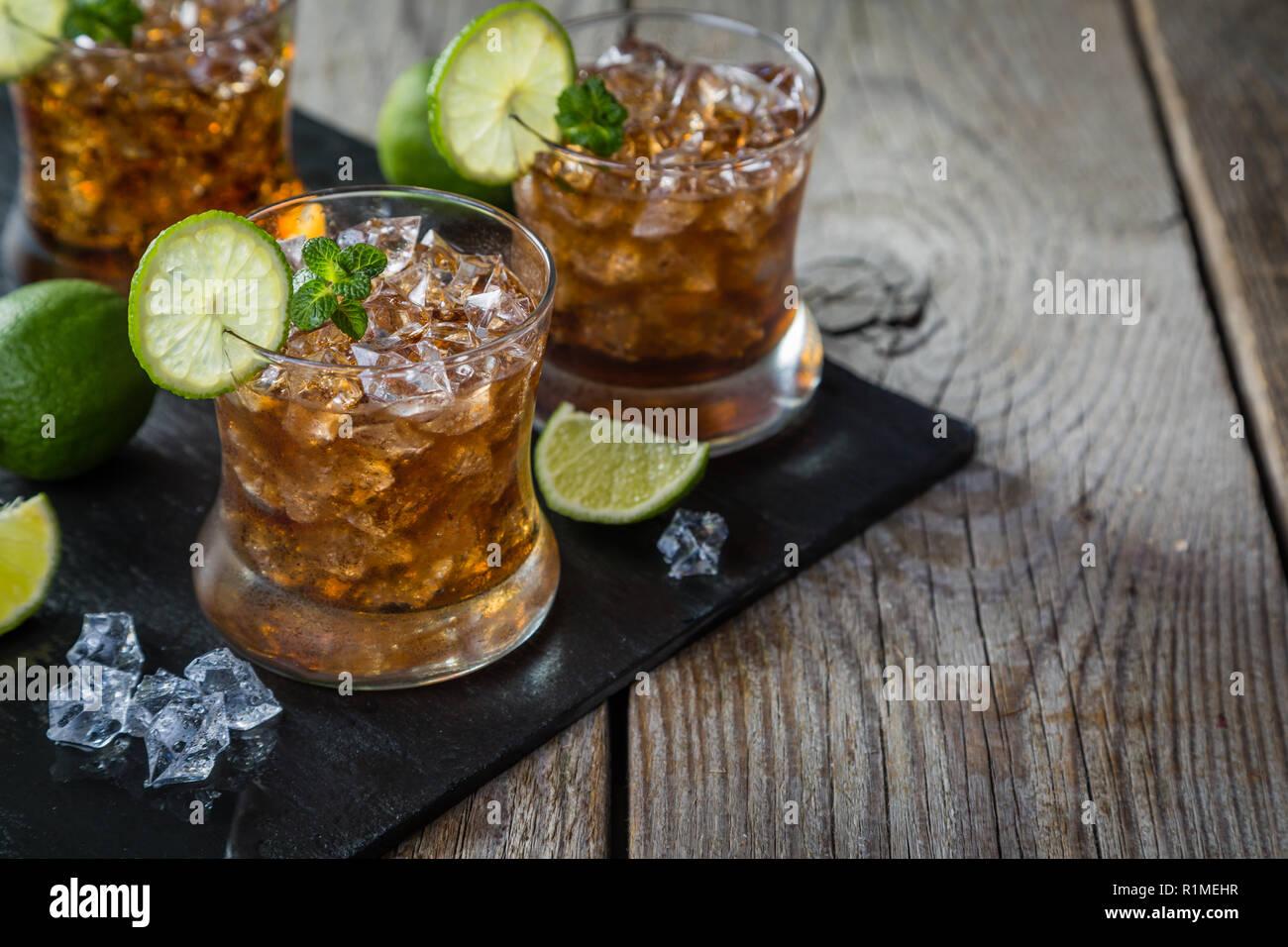 Rum und Cola Cocktail in Gläser Stockbild