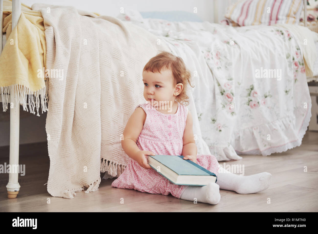 Wunderschöne Kleine Mädchen Spielen Spielzeug Blue Eyed Blond