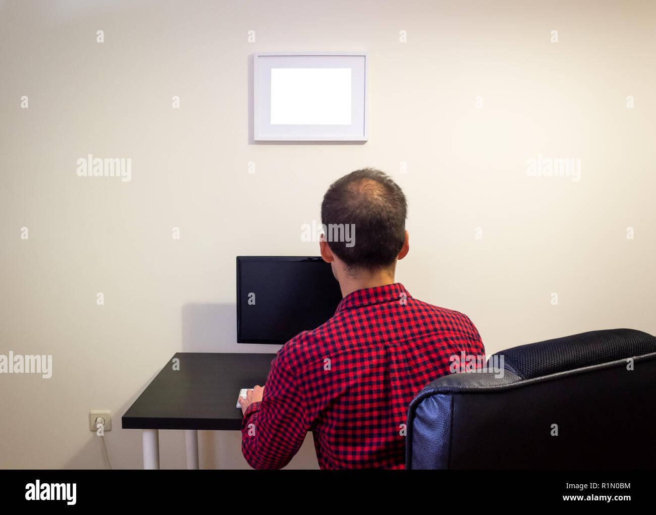 Mann Im Buro Computer Auf Holz Schwarz Schreibtisch Mockup