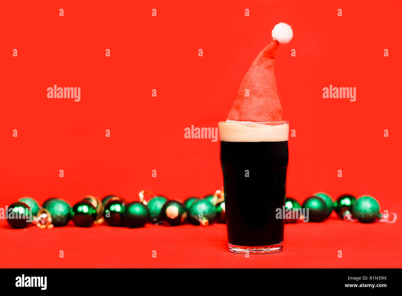 Rote Christbaumkugeln Glas.Nonik Pint Glas Dunkles Bier Oder Stout Ale Mit Rote