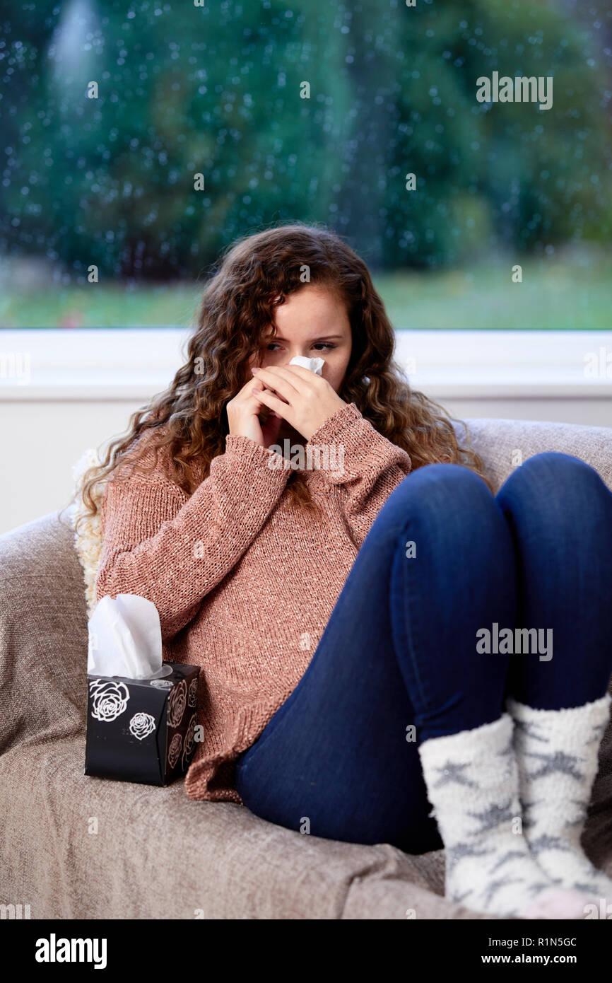 Frau mit Gewebe ihre Nase weht Stockbild