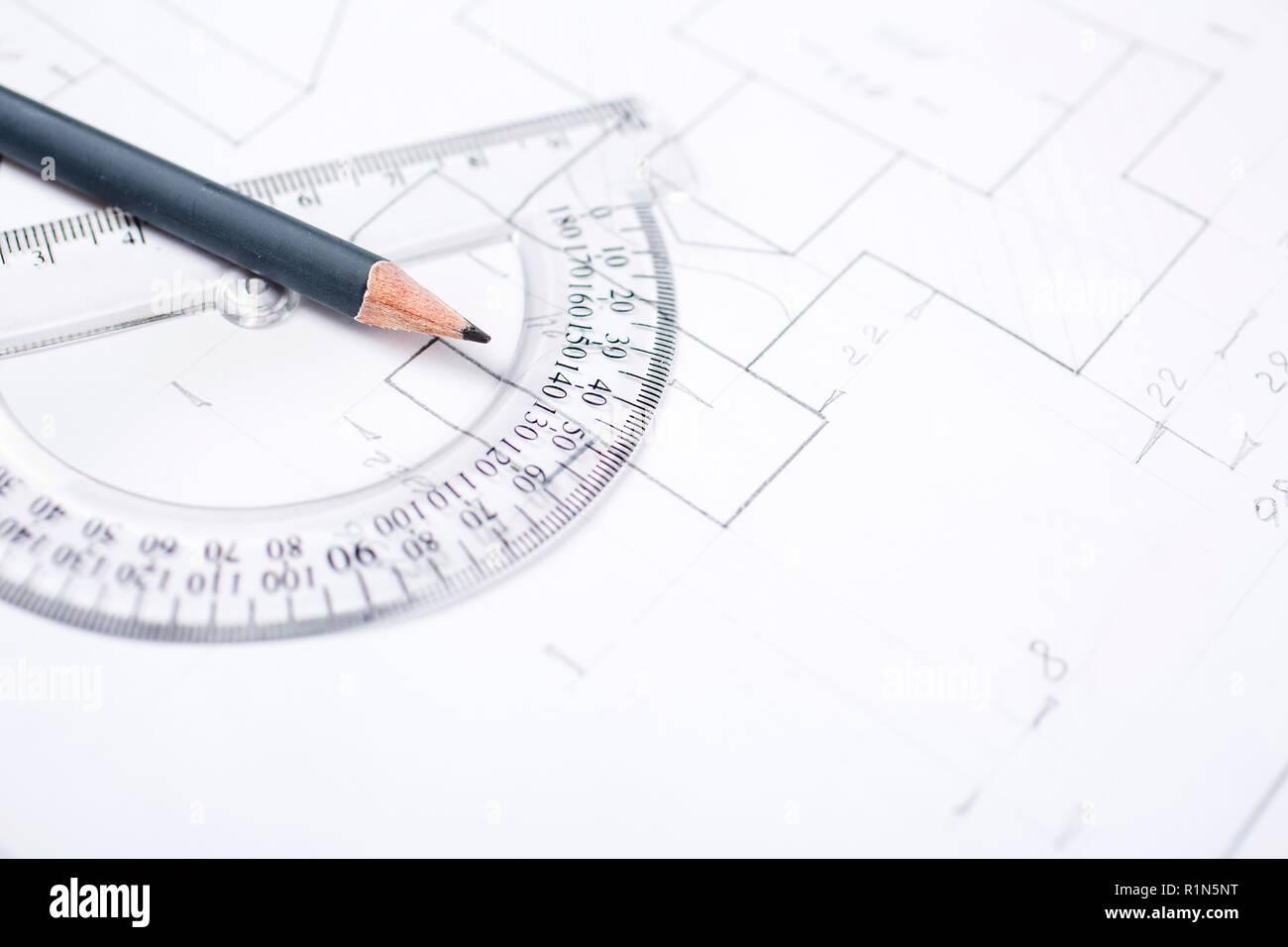 Bleistift auf eine transparente Winkelmesser auf den Tisch in der Verfasserin der Stellungnahme Stockbild