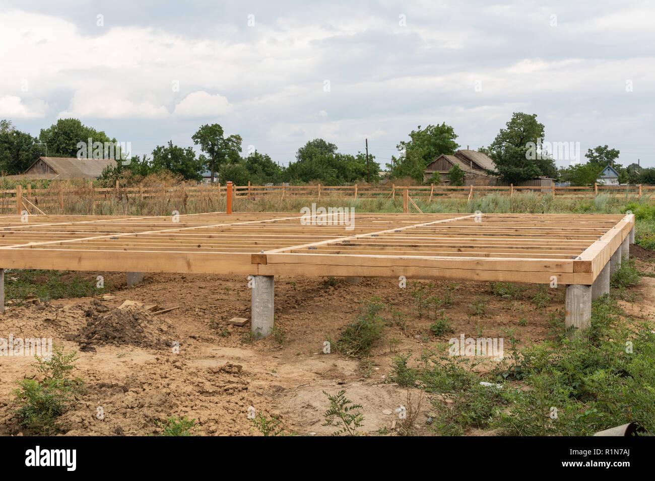 Auf Stapel Stiftungen unterstützen den Boden eines Frame House Stockbild