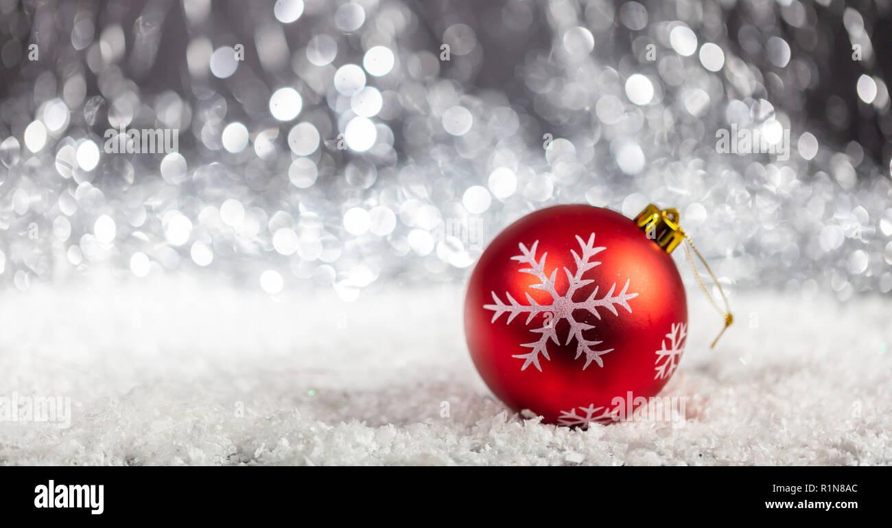 Christmas Ball und Schnee in der Nacht, abstrakte bokeh Lichter Hintergrund Kopie Raum Stockfoto