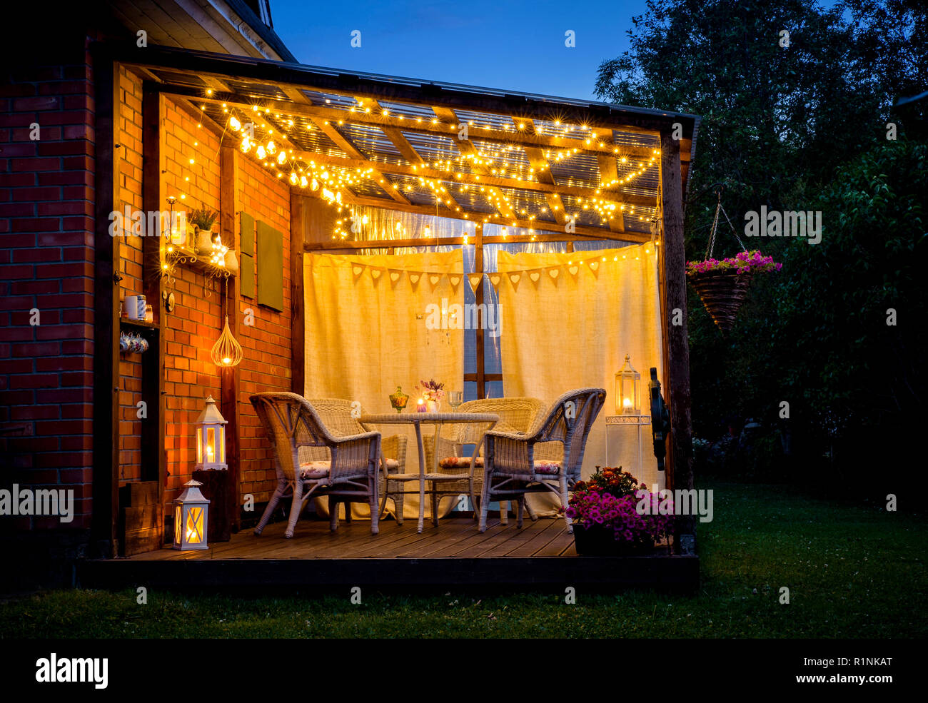 Picture of: Blick Uber Gemutliche Terrasse Mit Tisch Und Stuhlen Sehr Romantische Beleuchtung Weissen Laternen Kerzen Brennen Led String Party Leuchten Und Lampen Mit Stockfotografie Alamy