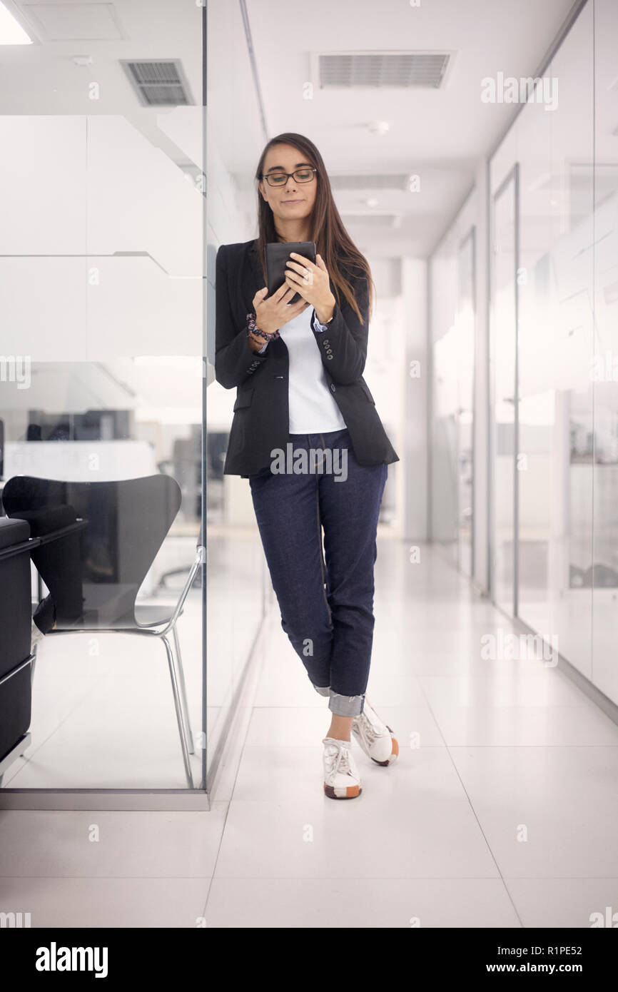 Eine Junge Frau 29 Jahre Sportlich Elegante Kleidung Mit Tablette