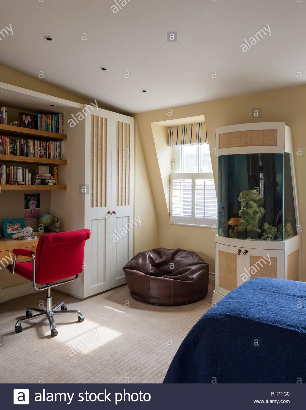 Aquarium von Schreibtisch im Landhausstil Schlafzimmer Stockfoto ...
