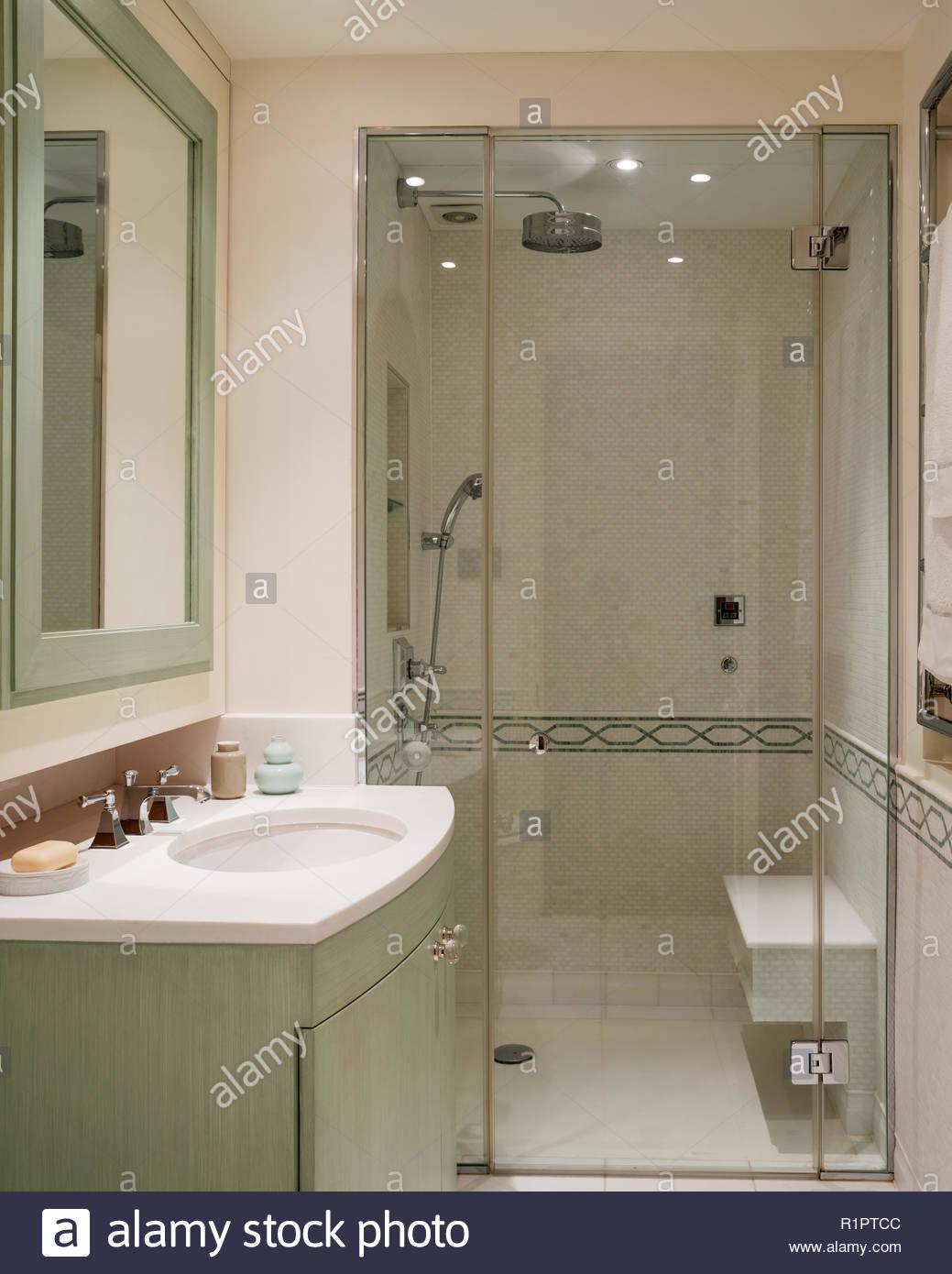Grün und Weiß gehaltenen Badezimmer Stockfoto, Bild: 224851548 - Alamy