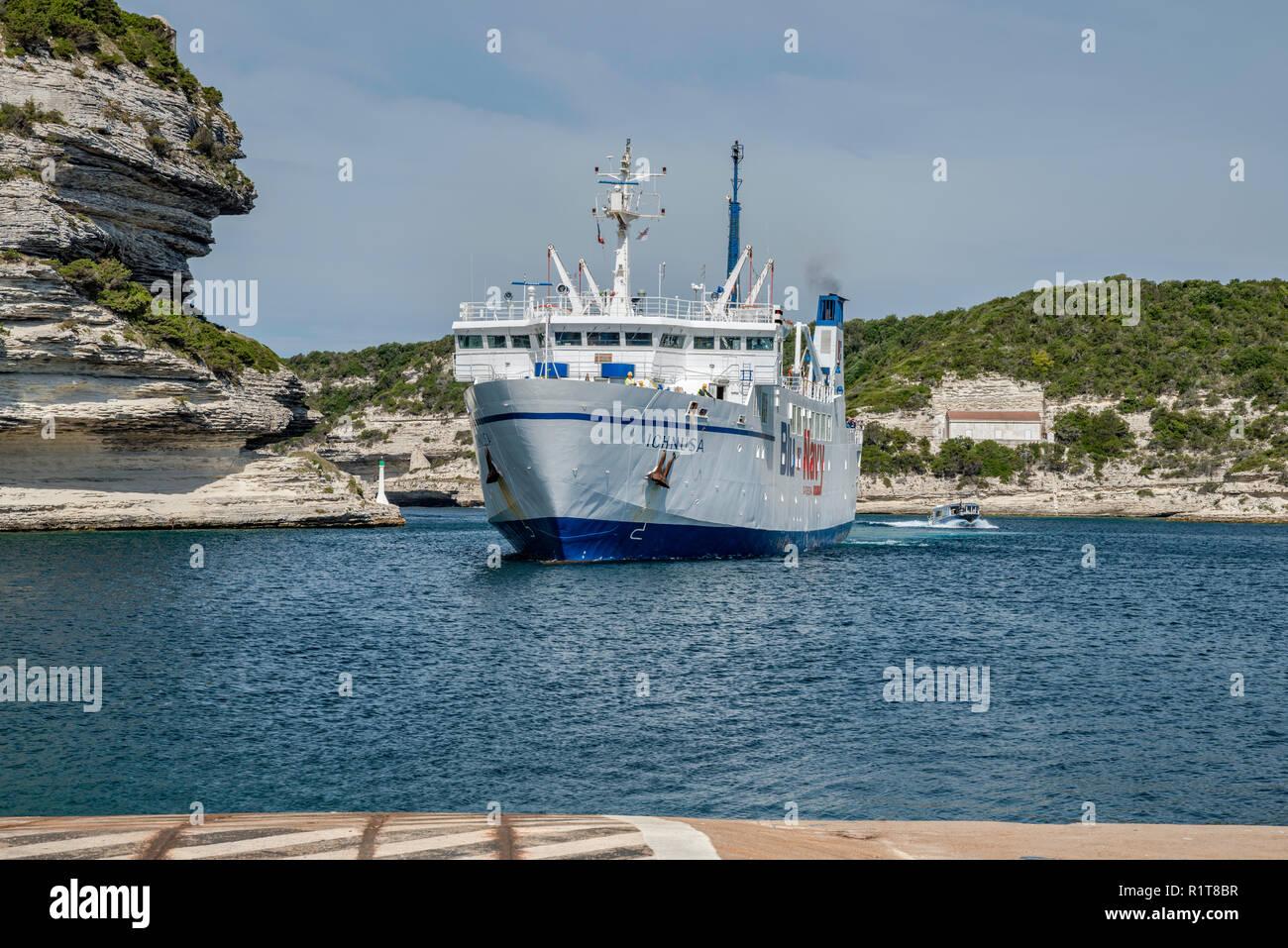 MS Ichnusa Fähre von Santa Teresa Gallura, Sardinien kommend, nähert sich Terminal am Hafen von Bonifacio, Corse-du-Sud, Korsika, Frankreich Stockbild
