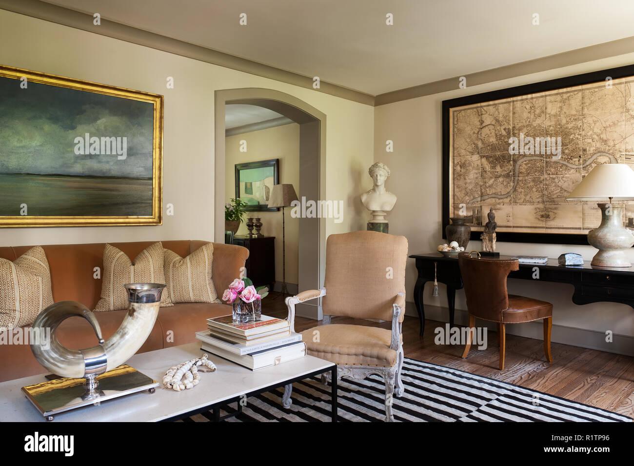 Wohnzimmer mit Schreibtisch Stockfoto, Bild: 224893794 - Alamy