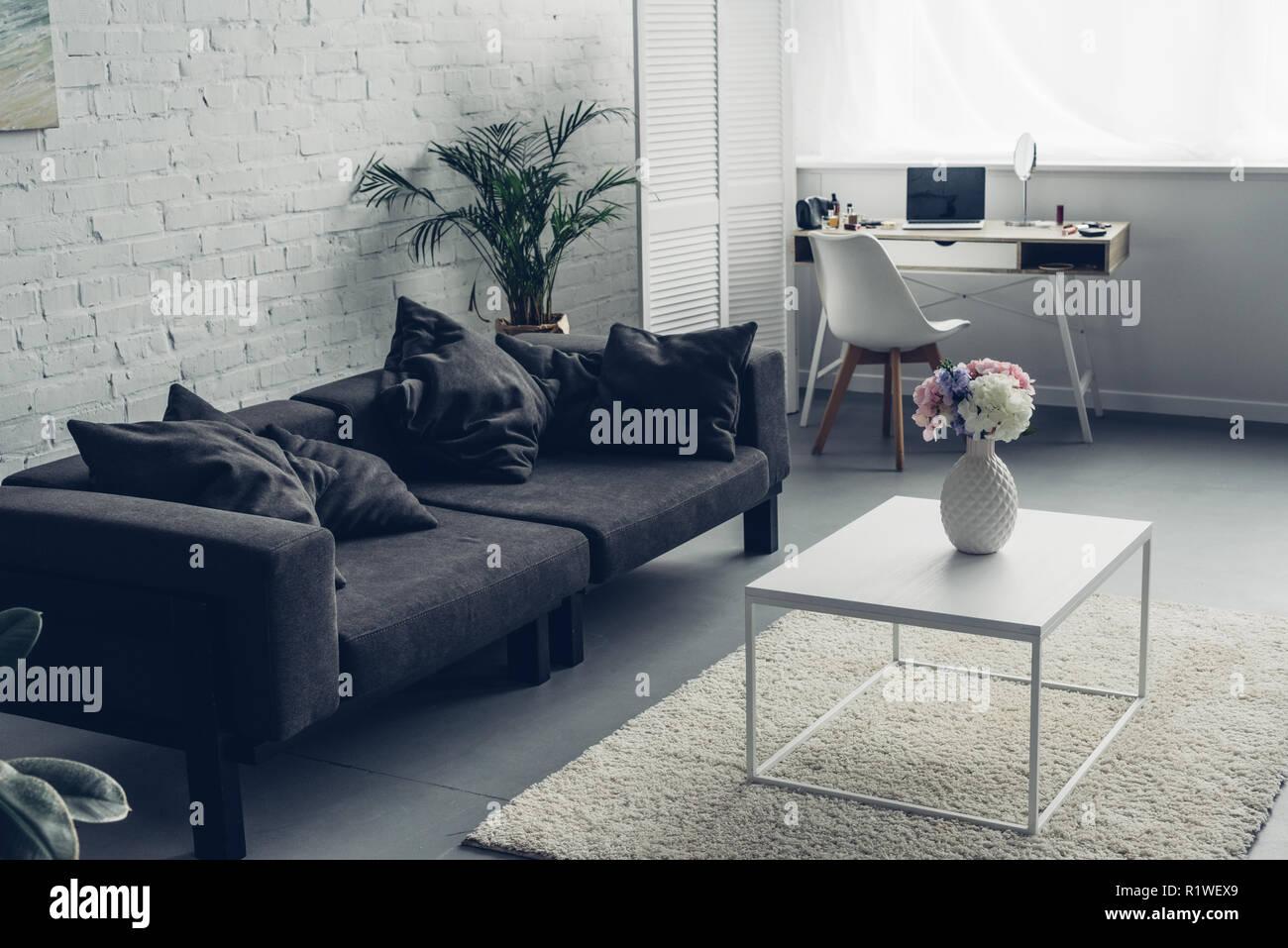 Innenraum der modernen Wohnzimmer mit Couch und Arbeitsplatz ...