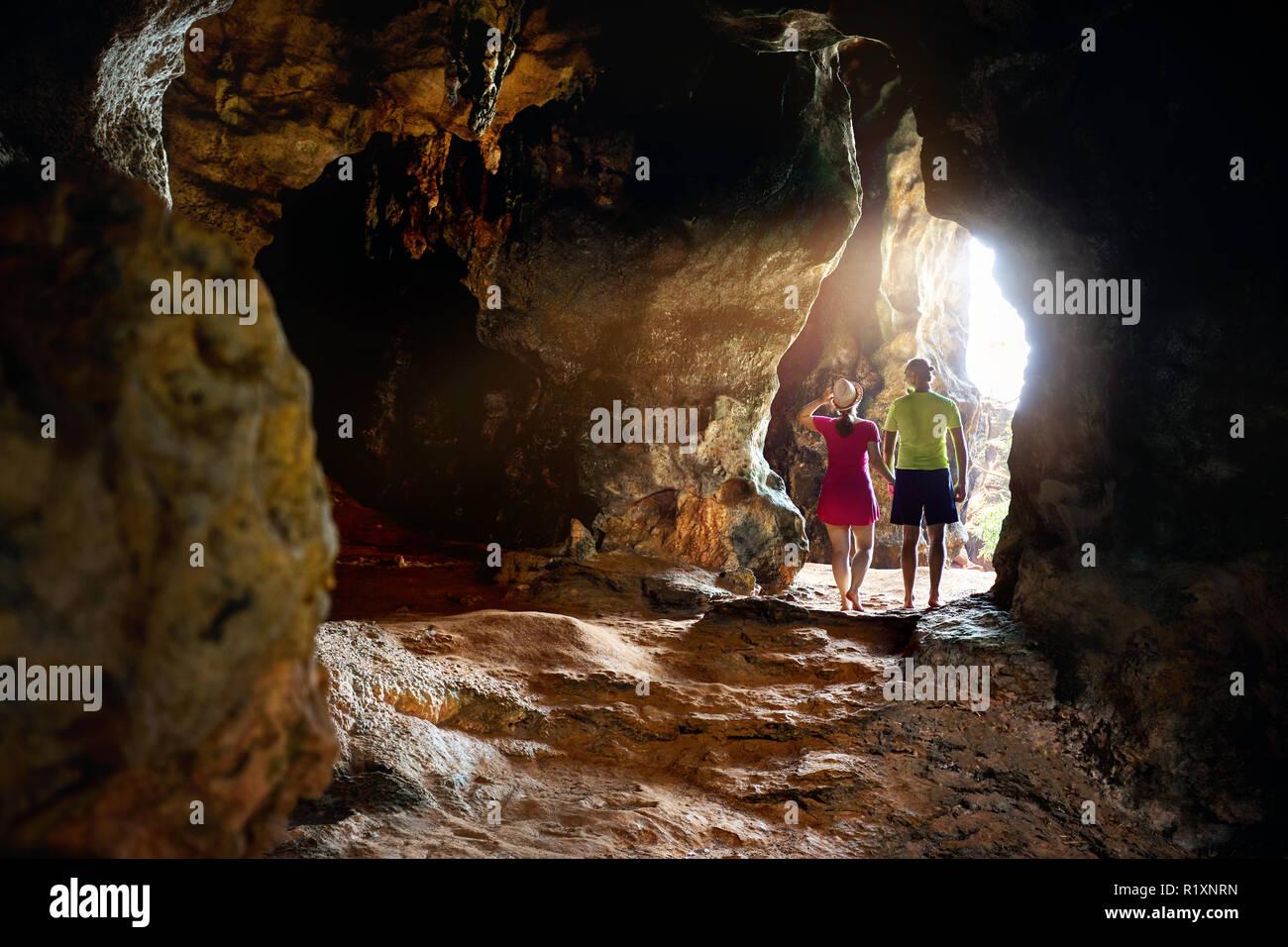 Glückliches junges Paar in der großen Höhle bei Phra Nang Beach, Provinz Krabi im Süden Thailands. Reisemagazin Konzept. Stockfoto