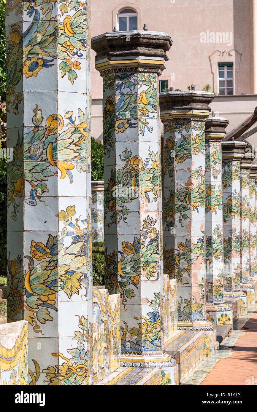 Bunte Fliesen- Säulen in den Klostergarten im Santa Chiara Kloster in der Via Santa Chiara, Neapel Italien. Stockbild