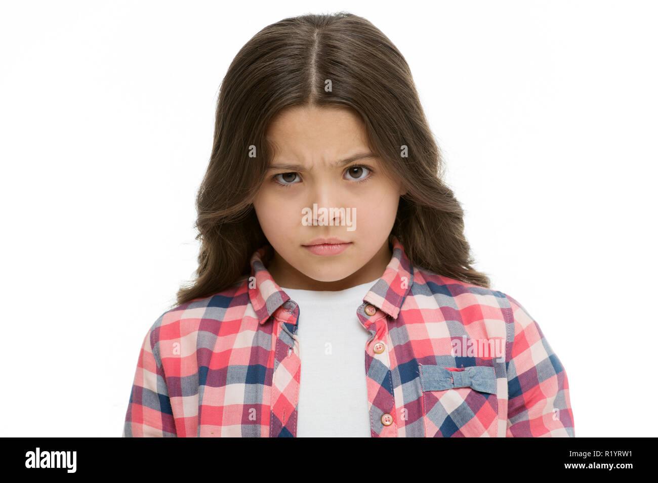 Kleines Mädchen Heben der Augenbrauen isoliert auf Weiss. Zuversichtlich Kind mit langen brünetten Haaren. Sind Sie ernst. Stop kidding mich. Blick voller vermuten. Kid sieht beleidigt und runzelte die Stirn. Stop Mobbing Konzept. Stockfoto