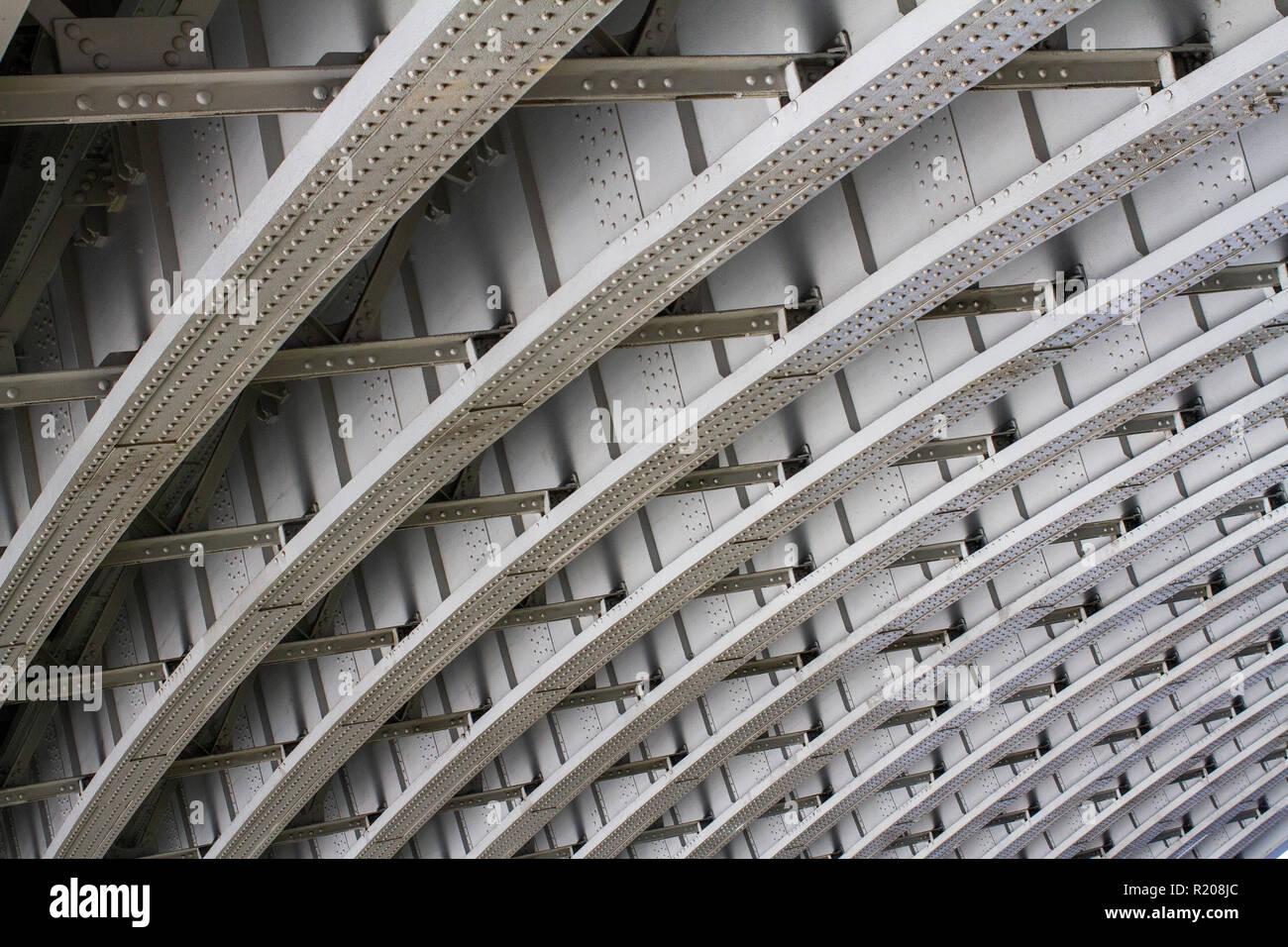 Gebogene Brücke aus Metall Muster genommen von unten Stockbild