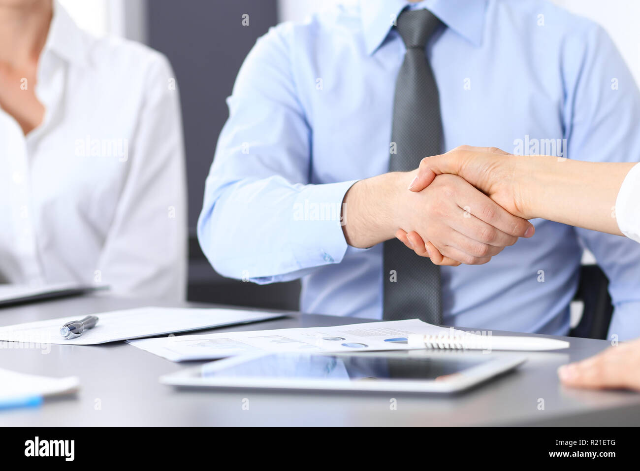 Merveilleux Close Up Business Handshake Bei Der Sitzung Oder Verhandlung über Dem  Schreibtisch Im Büro. Partner Die Hände Schütteln, Da Unterzeichnen Vertrag  Oder ...