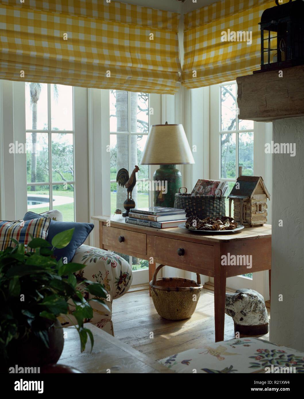 Gelb + weiß karierten Jalousien auf Wohnzimmer windows Stockfoto ...