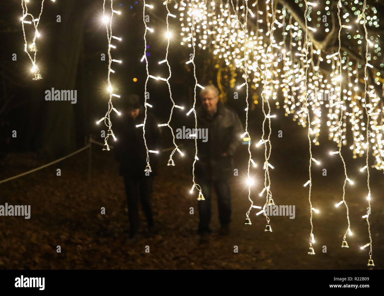 Weihnachten 2019 Berlin.Berlin 07 11 15 6 Januar 2019 Zwei Besucher Gehen Unter Licht