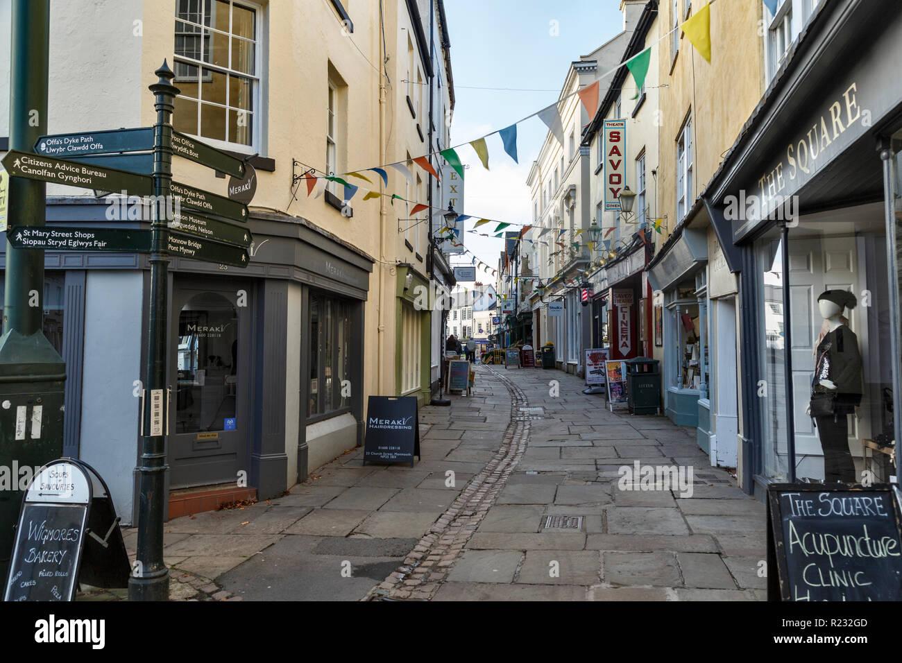 Church Street, Monmouth, einer belebten Fußgängerzone mit einer Reihe von kleinen, unabhängigen Geschäften. Stockbild