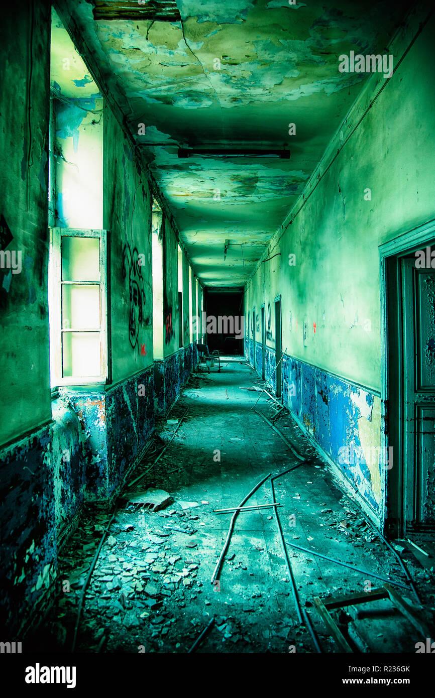 Korridor von einem verlassenen psychiatrischen Krankenhaus Stockbild