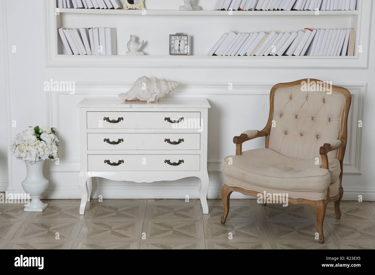 Innenraum Der Hite Mit Bucherregalen Einen Sessel Und Eine Kommode