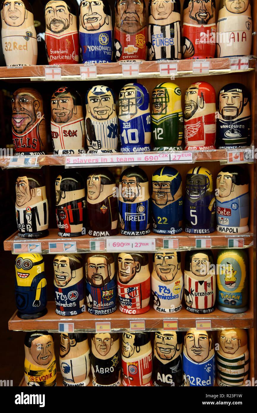 Russische Puppen Charakterisierung sport Prominente in einem Prager touristische Shop Stockbild