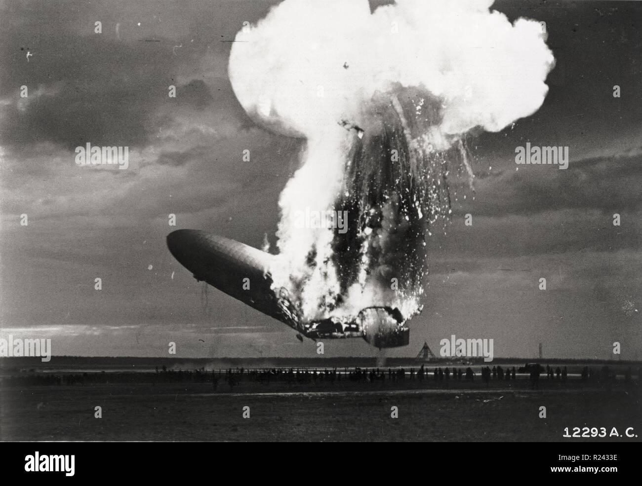 Die Hindenburg-Katastrophe fand am Donnerstag, 6. Mai 1937, als die deutschen Pkw-Luftschiffs, die LZ 129 Hindenburg fing Feuer und brannte in seinem Versuch, dock in Lakehurst, New Jersey, Vereinigte Staaten Stockfoto