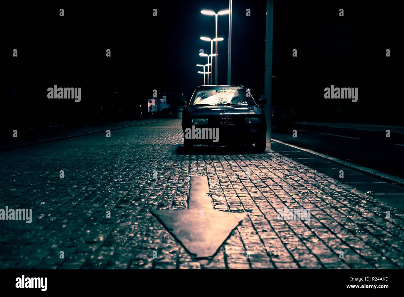 Auto Auf Gepflasterten Strasse Mit Pfeil In Dunkel Gespenstisch