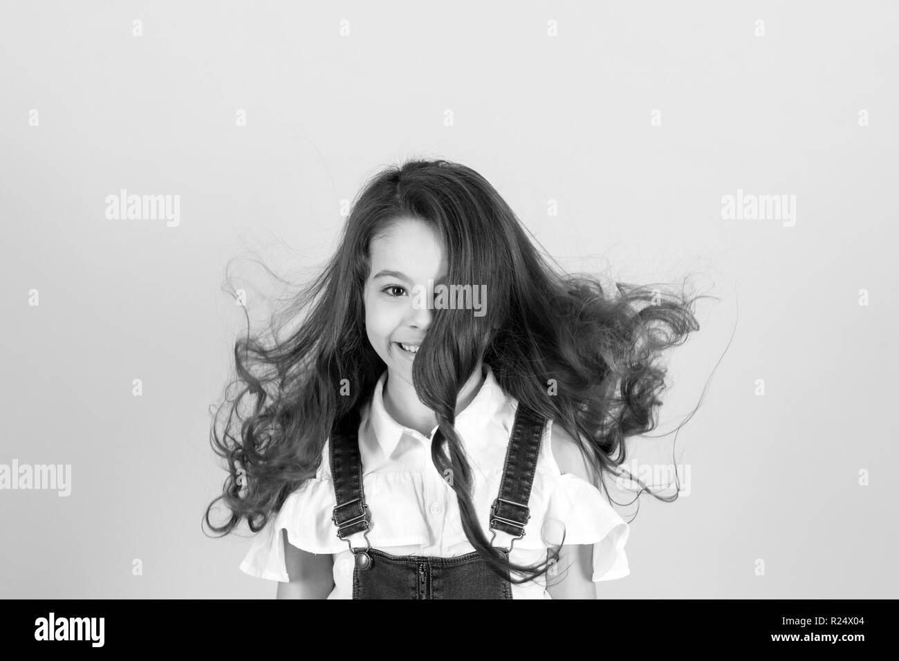 Mädchen Lächeln Mit Fließenden Lange Wellige Haare Auf Blauem