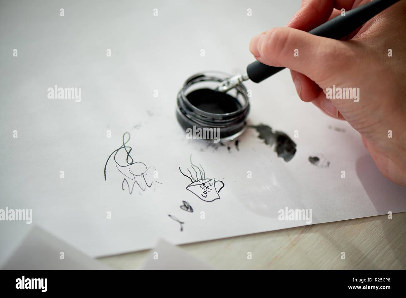 Die Hand einer Frau schreibt mit Tinte, einen Füllfederhalter. Schreiben. Der kreative Prozess der Erstellung einer Arbeit Stockbild