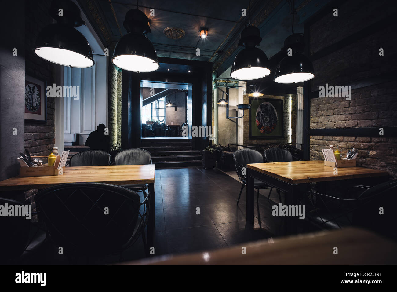 Moderne Loft Restaurant Interieur mit klassischen Akzenten ...