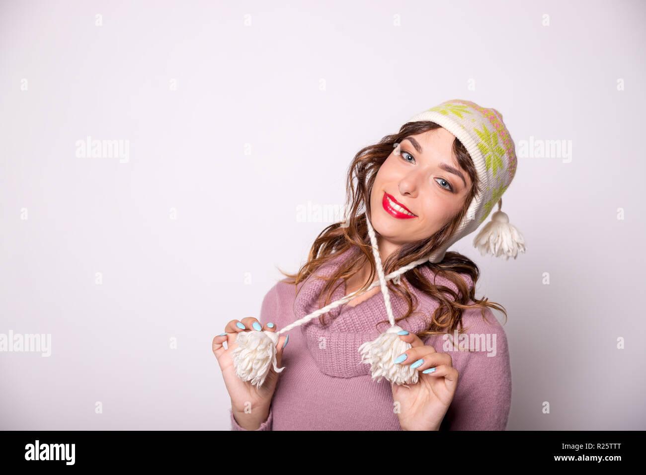 3131f0a72b04 Junge Frau in warme Kleidung auf weißem Hintergrund. Bereit für  Winterurlaub Winter Outfit, warmer