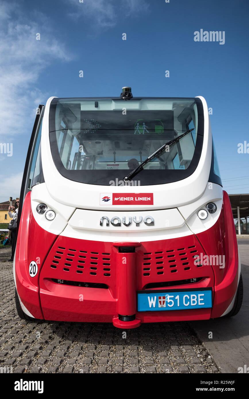 Navya SAS mit Sitz in Lyon (bei Lyon) ist ein 2014 gegründeter französischer Hersteller von autonomen Fahrzeugen. Der im Oktober 2015 eingefüh Stockbild